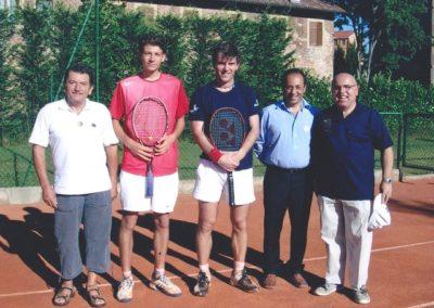 2- i due finalisti del torneo con gli arbitri e il direttore del torneo cecco barinisergio copia 12