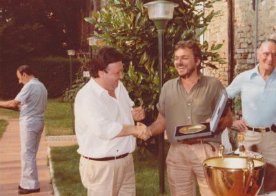 Il presidente Armando Pollini premia Alberto Bergerone, giudice arbitro di tanti tornei  targati TCV
